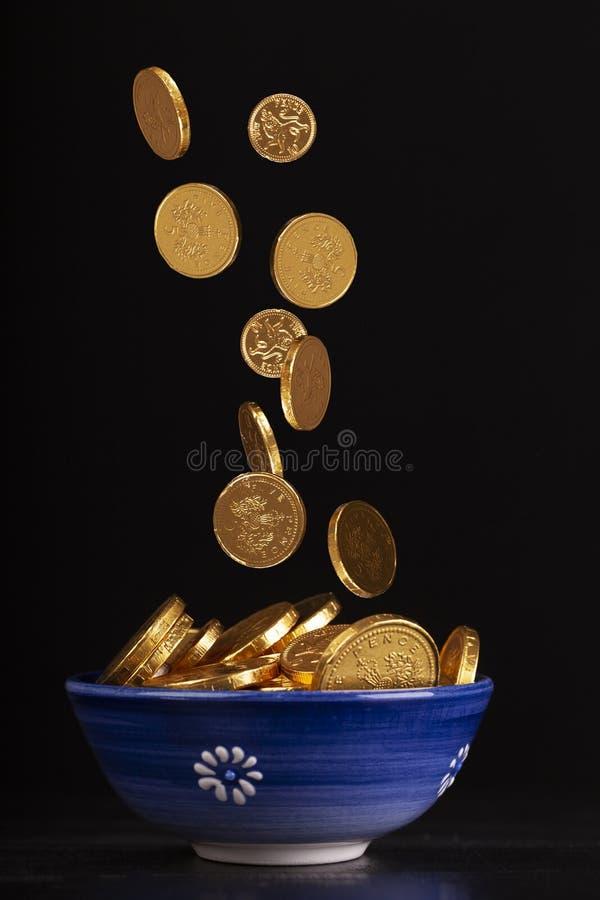 金壶与被弄脏的落的硬币的 免版税图库摄影