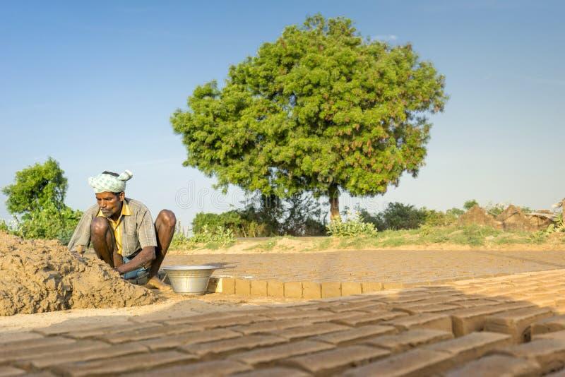 金奈, Inida- 2017年8月4日;工作在砖工厂的老人, 免版税库存图片