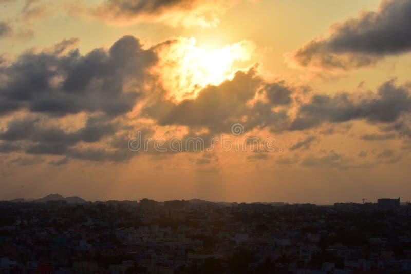 金奈,Tamilnadu,印度:2019年1月26日-金奈在日落的市地平线 免版税图库摄影