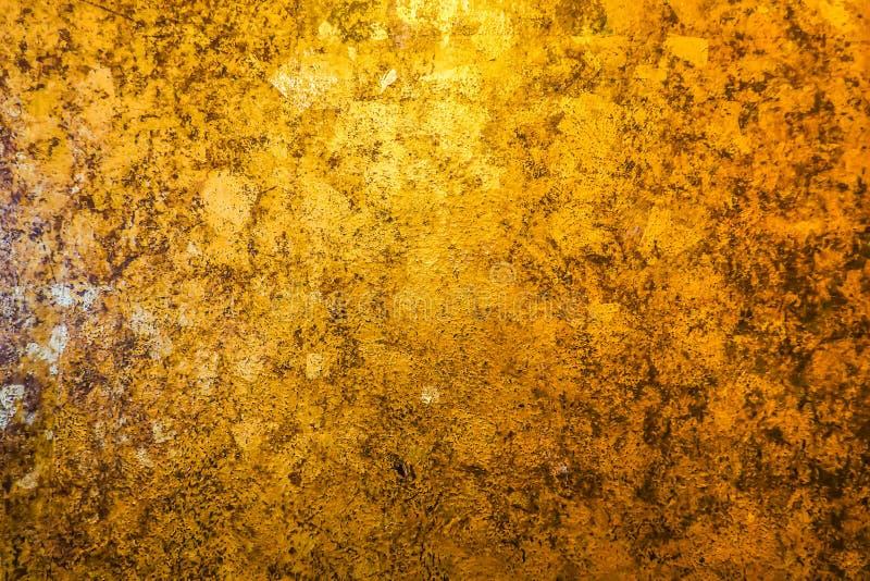 金子和后面抽象背景与颜色转移从光到黑暗 免版税库存照片