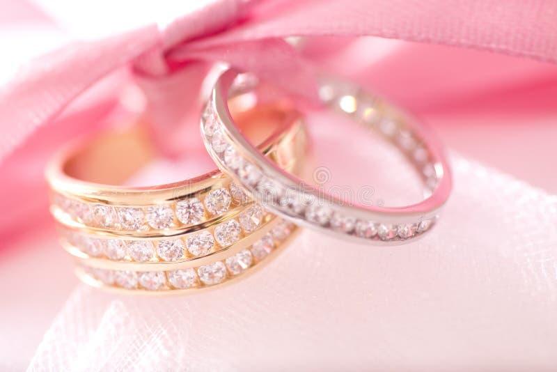 金子和银婚圆环 库存图片