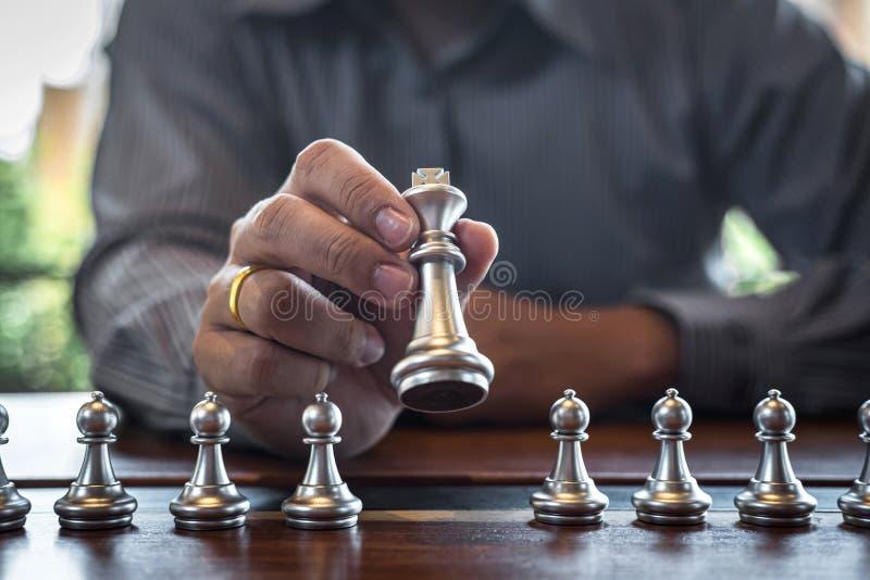 金子和银色棋与球员,演奏下棋比赛竞争的聪明的商人对计划的事务战略 库存图片