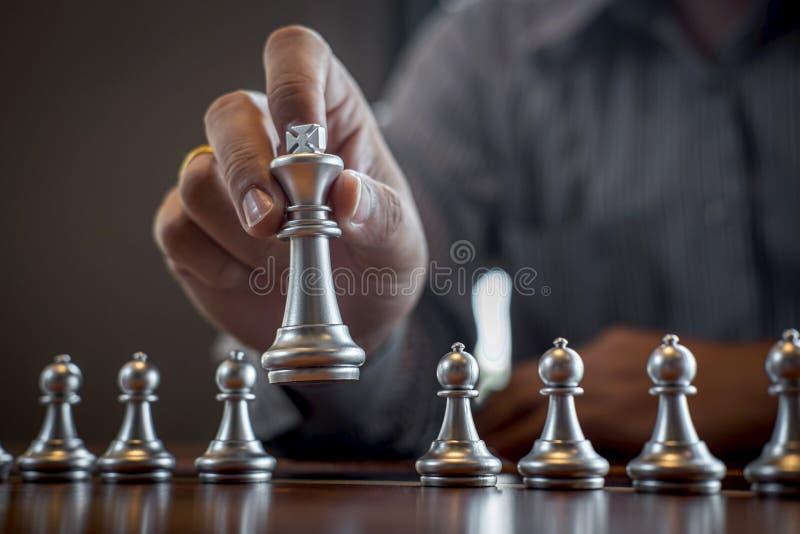金子和银色棋与球员,演奏下棋比赛竞争的聪明的商人对计划的事务战略 免版税库存照片