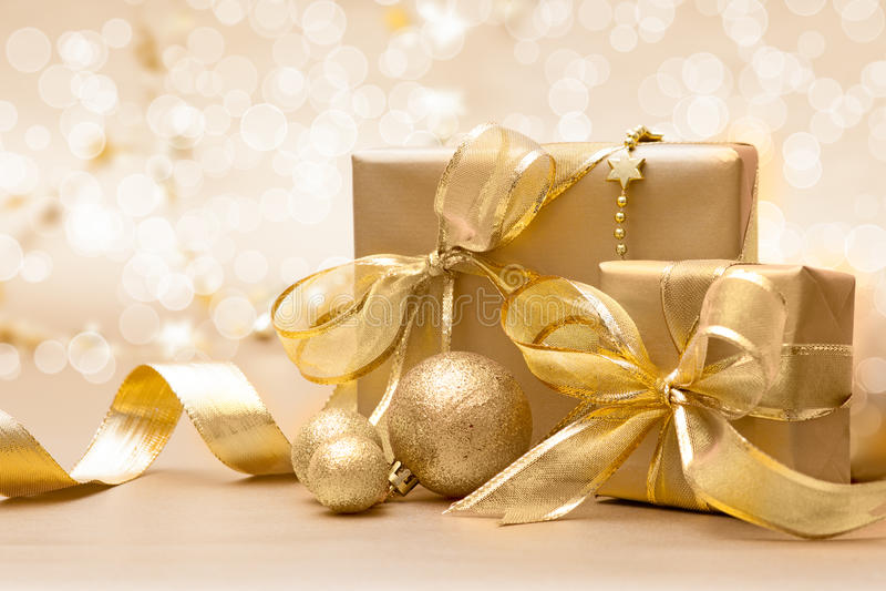 金子圣诞节礼物盒 免版税库存图片