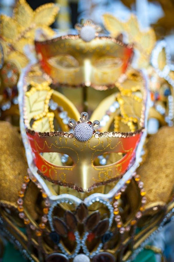 金子在夜狂欢节的狂欢节面具在印度尼西亚 库存照片