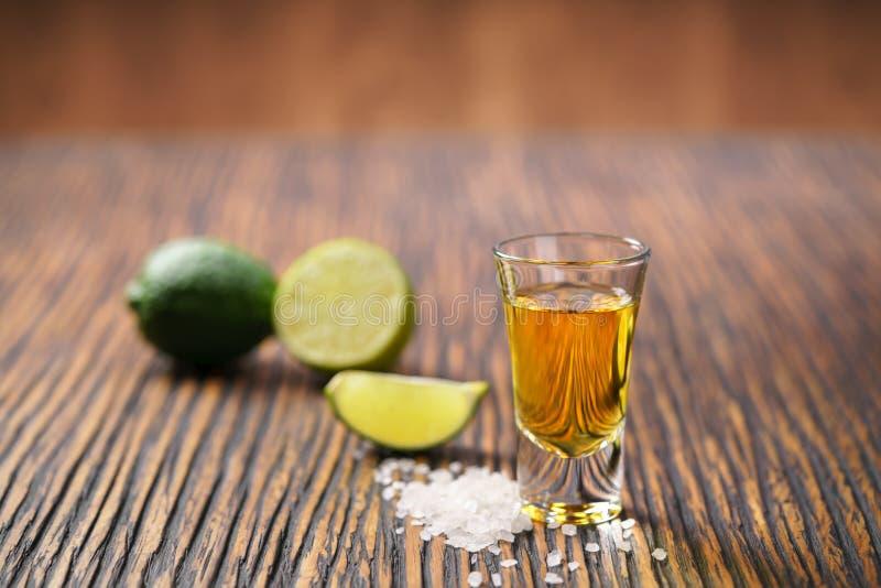 金子墨西哥龙舌兰酒射击,选择聚焦 免版税图库摄影