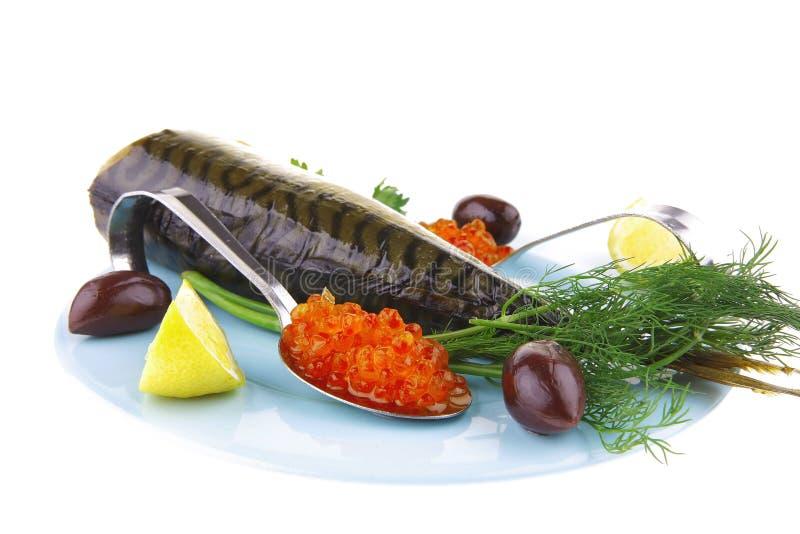 金子抽烟的鱼和鱼子酱 免版税库存照片