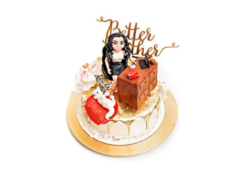 金子生日快乐蛋糕个人化与文本 糖酱小雕象 金水滴 免版税库存照片