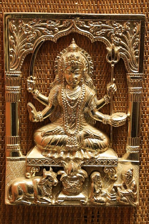 金子镀了有三叉戟的湿婆叫trishula和剑hinduistic神的钢压印的彩色立体图图片 免版税图库摄影