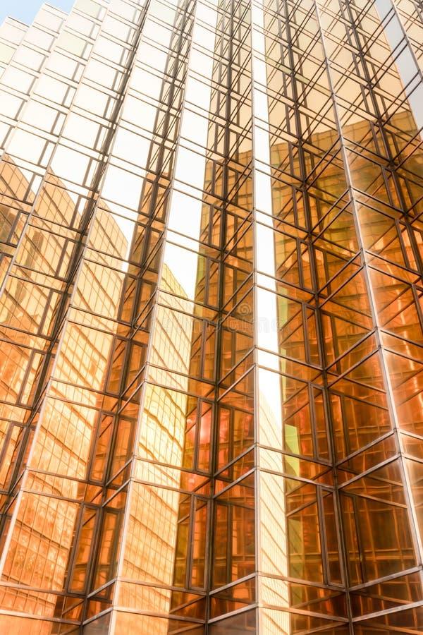金子颜色办公楼塔门面在商业中心 免版税库存图片