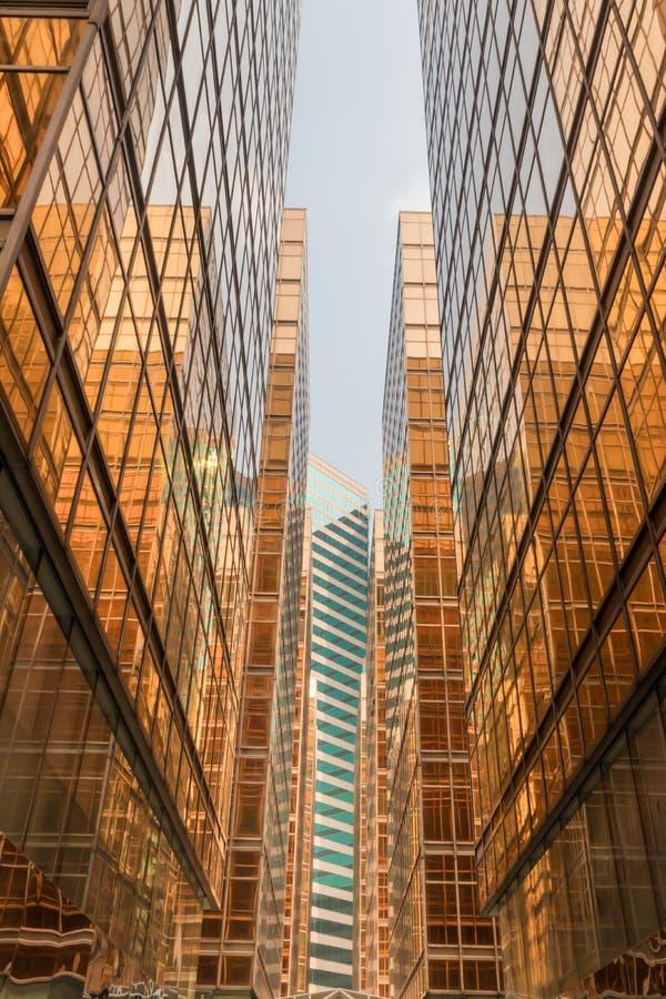 金子颜色办公楼塔门面在商业中心 免版税库存照片