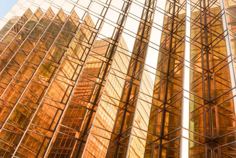 金子颜色办公楼塔门面在商业中心 库存照片