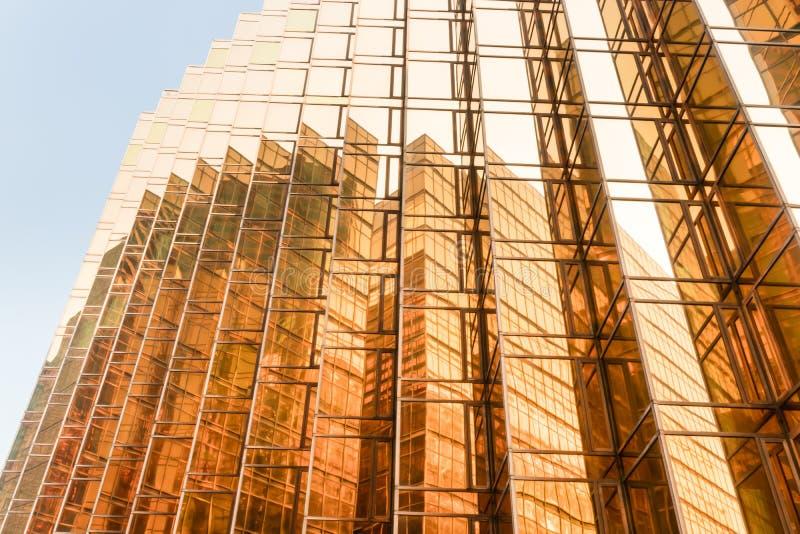 金子颜色办公楼塔门面在商业中心 库存图片