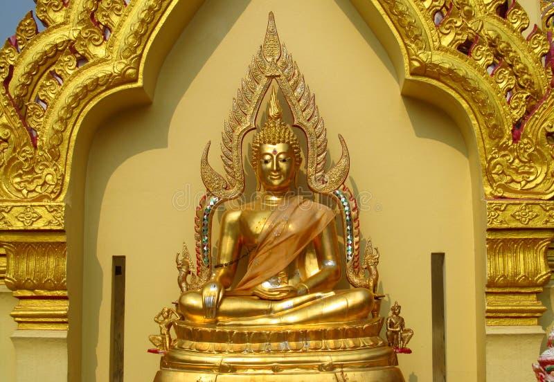 金子颜色在佛教寺庙的菩萨雕象 图库摄影