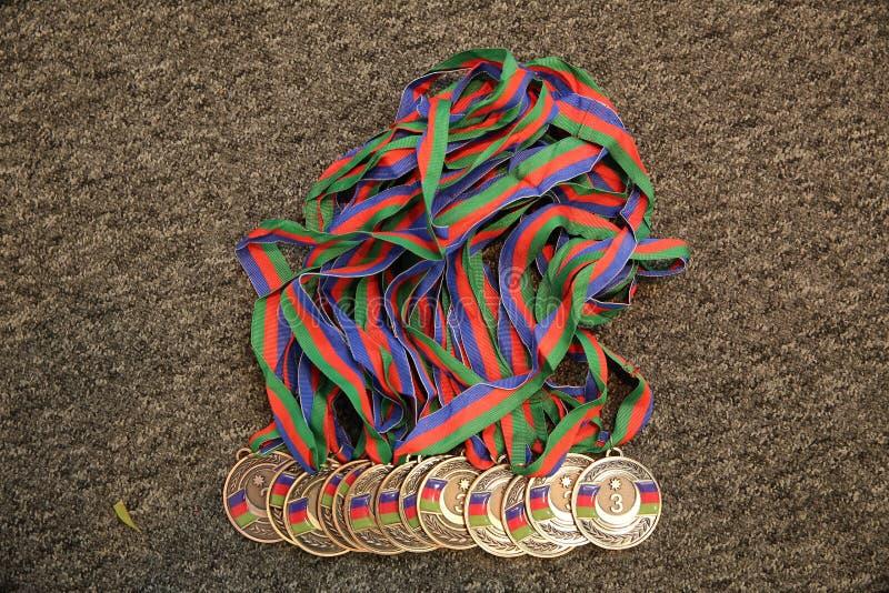 金子,与第三的奖牌 体育战利品 r 在黑背景的金牌 库存图片