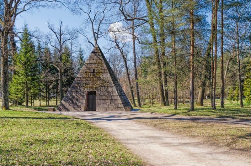 金字塔亭子在凯瑟琳公园在Tsarskoye Selo 免版税库存照片