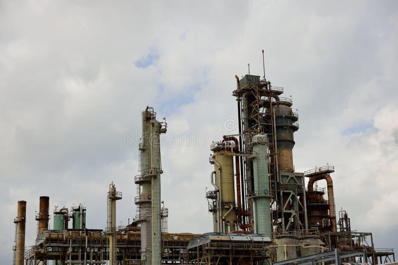 金属一个工业石油化学的油和煤气精炼厂的塔和管子 免版税库存照片