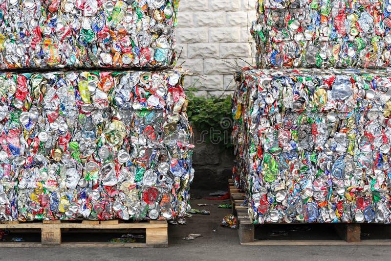 金属从为回收压的汽水的饮料罐头 库存照片