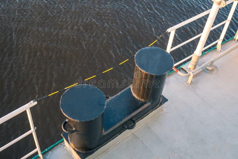 金属停泊系船柱在船上船 停泊的设备 免版税库存照片