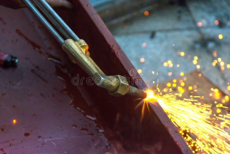 金属切削与乙炔气体 工作员工作在用途火炬旁边 免版税库存照片