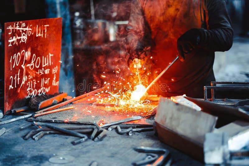 金属切削与乙炔火炬 库存图片