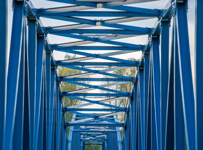 金属化一个步行桥特写镜头的蓝色建筑 免版税库存图片