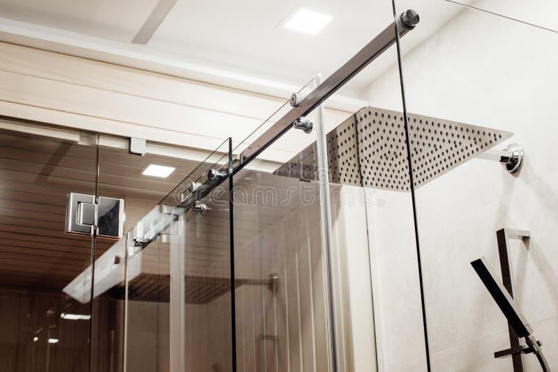 金属化上部紧固件和路辗的结构滑动玻璃门的在阵雨 免版税库存图片