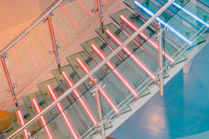 金属化与氖,被带领的背后照明的玻璃楼梯 库存图片
