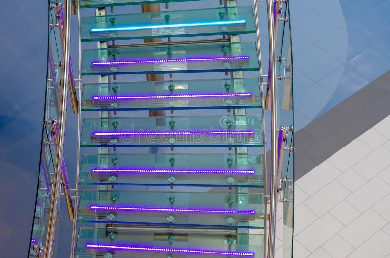 金属化与氖,被带领的背后照明的玻璃楼梯 图库摄影