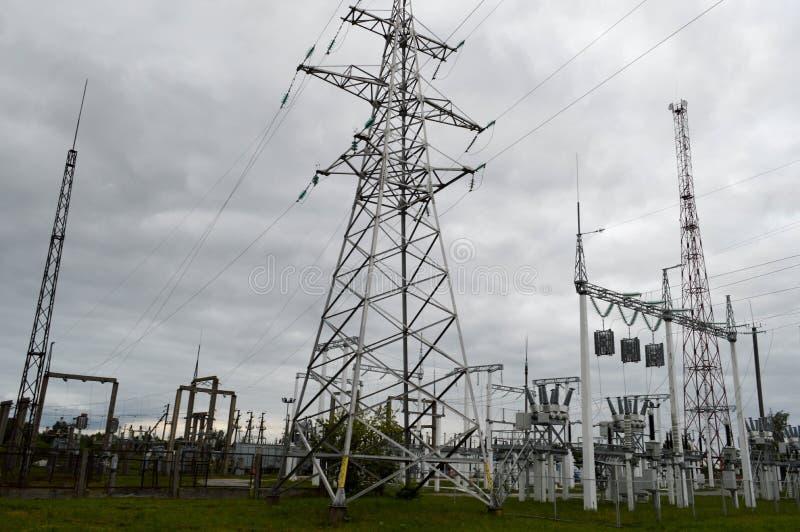 金属化与电网络,动力设备系统的组分的送电线electri传输的  免版税库存图片