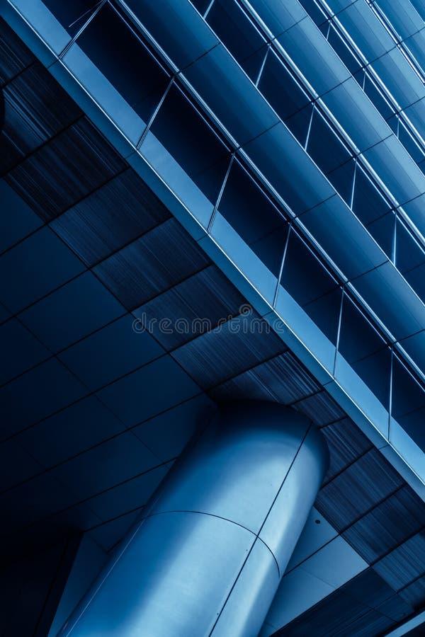 金属化专栏和一部分的在现代未来派建筑学的大厦 免版税库存照片