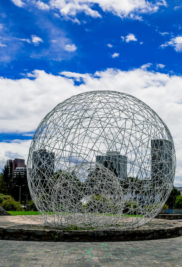 金属化在公园基多厄瓜多尔南部的球形雕塑 免版税图库摄影