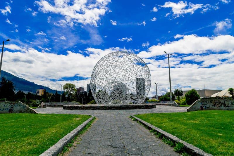 金属化在公园基多厄瓜多尔南部的球形雕塑 库存照片