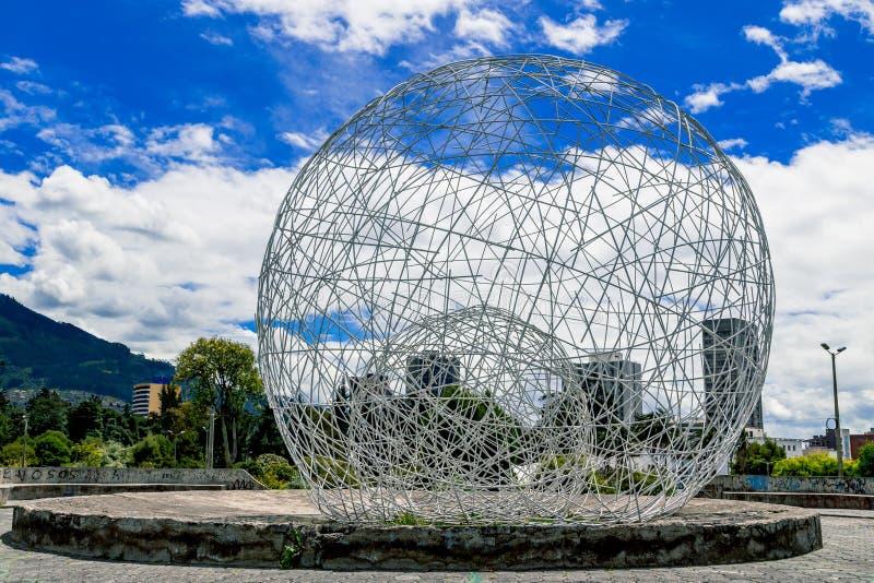 金属化在公园基多厄瓜多尔南部的球形雕塑 免版税库存图片