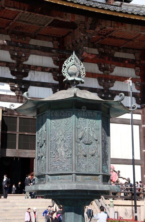 金属化在柚木树木头做的佛教教会前面的灯最大世界 免版税库存图片