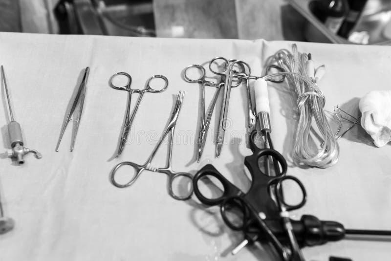 金属化在白色不育的桌上的外科钳位 库存图片