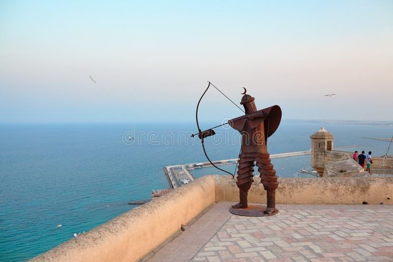 金属化战士回教射手雕塑有月牙的在圣塔巴巴拉城堡,阿利坎特,西班牙 库存图片