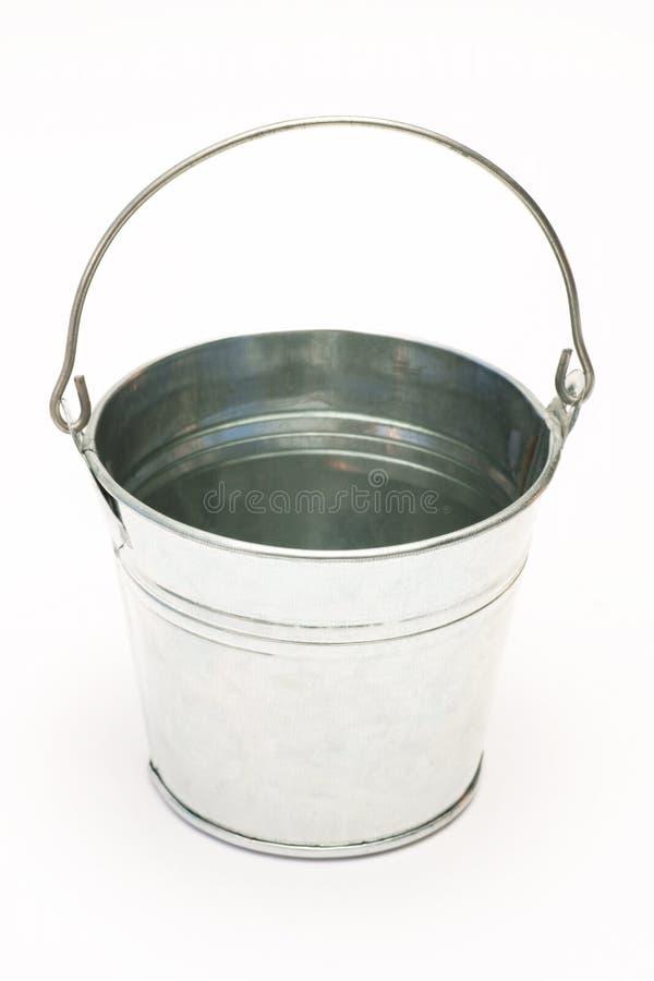 金属化桶,在白色背景的桶 库存图片