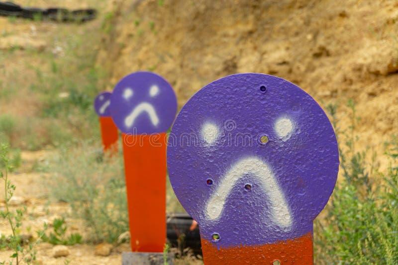 金属化橙色目标在靶场 胡椒popper目标 免版税图库摄影