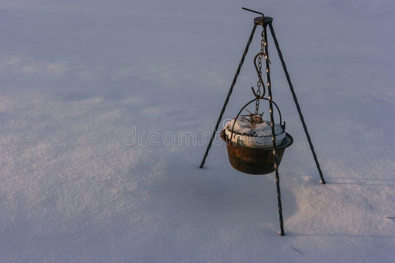 金属化汤锅炉垂悬的伪造的脚 库存图片