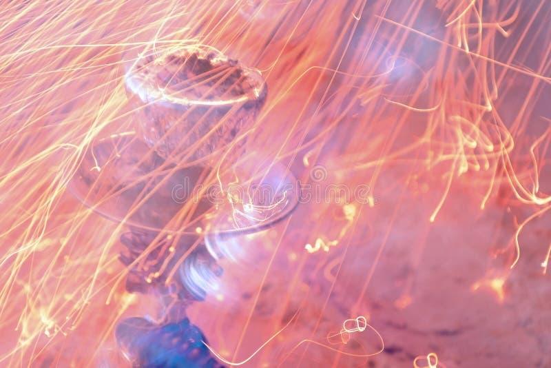 金属化立场、碗与箔的水烟筒和煤炭 火火花在背景的 库存图片