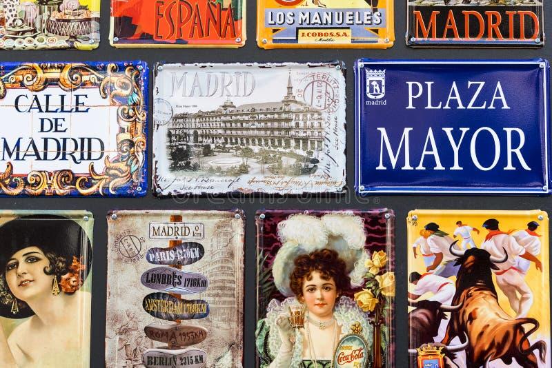 金属化葡萄酒游人的海报纪念品在城市的街道上 免版税库存图片