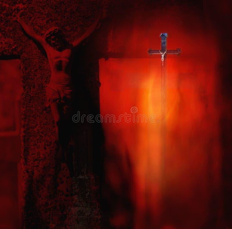 金属化被迫害的基督的雕塑十字架的在黑暗的r 免版税库存照片