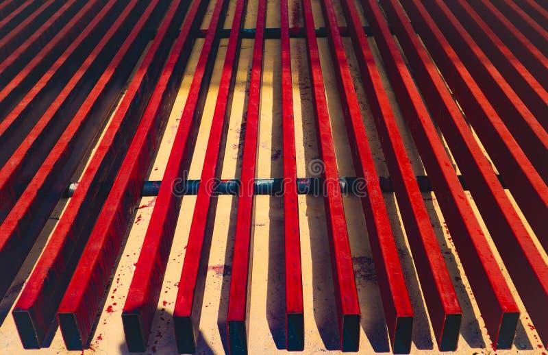 金属化钢和铝管子堆在运输和后勤学的货物仓库里到制造的工厂 库存图片