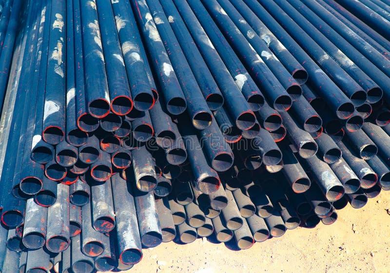 金属化钢和铝管子堆在运输和后勤学的货物仓库里到制造的工厂 免版税图库摄影