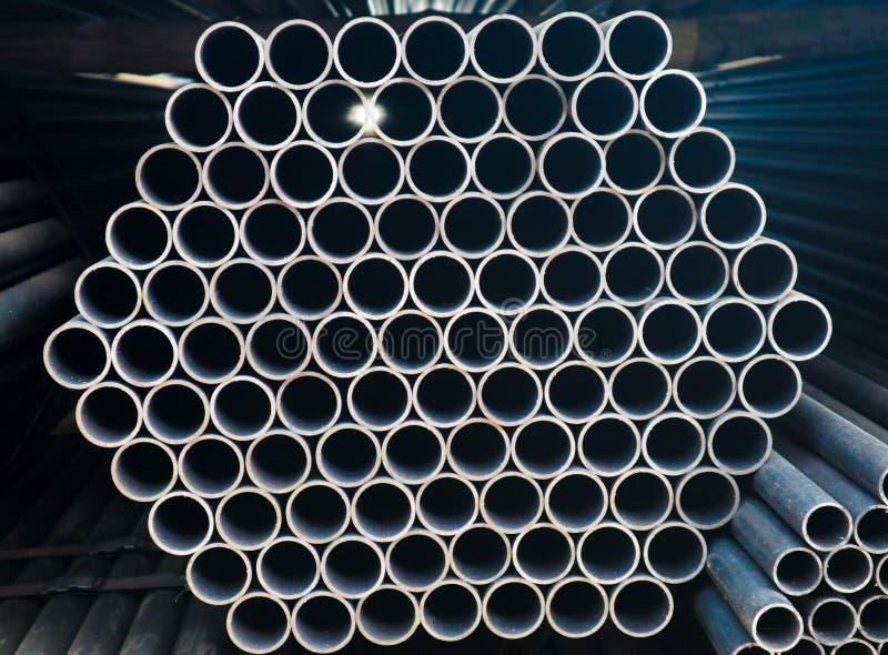 金属化钢和铝管子堆在运输和后勤学的货物仓库里到制造的工厂 免版税库存照片