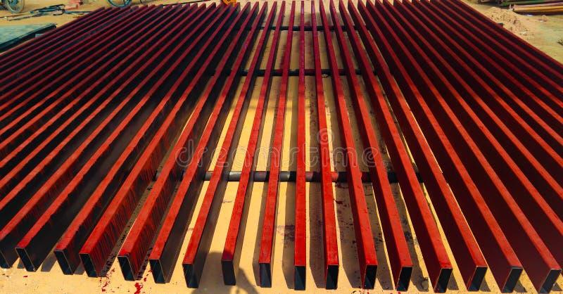 金属化钢和铝管子堆在运输和后勤学的货物仓库里到制造的工厂 免版税库存图片