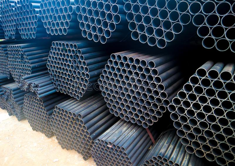 金属化钢和铝管子堆在运输和后勤学的货物仓库里到制造的工厂 库存照片