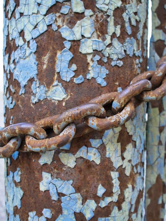 金属化铁锈柱子和链子,抽象难看的东西背景 库存照片