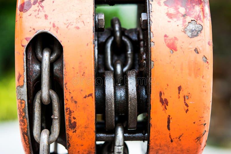 金属卷扬机和链子 免版税库存图片